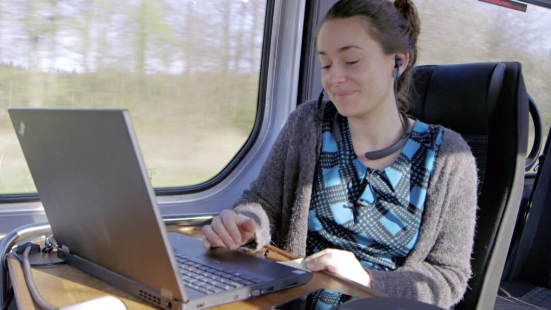 130 kilometer til sin lægeklinik: Christinas arbejdsdag begynder i en bus   Indland   DR
