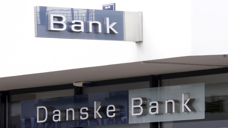 Danske Bank lander overskud på knap 10 milliarder på et halvt år   Penge   DR