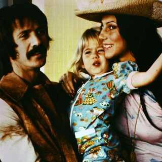 Sonny (til venstre), Cher og deres datter Chastity. Chastity har siden skiftet køn og navn, og hedder i dag Chaz.
