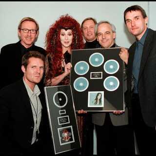 I forbindelse med en koncert i Danmark modtager Cher fem platinplader for 270.000 solgte 'Believe'-plader samt platin for 50.000 solgte eksemplarer af Greatest Hits-pladen.