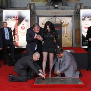 Cher får foreviget sine hånd- og fodaftryk foran Grauman's Chinese Theatre i Hollywood, Californien, i 2010.