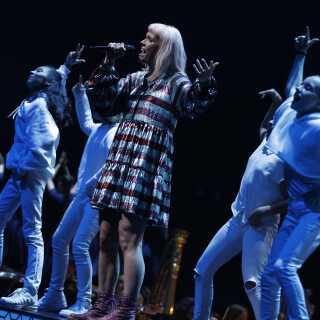 Oh Land på scenen i Royal Arena søndag aften.