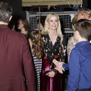 Kronprinsfamilien hilste efter showet på alle de optrædende. Her er det prins Christian, der hilser på Tina Dickow.
