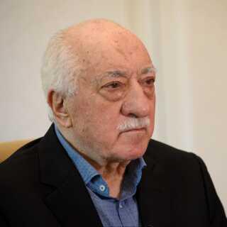 Den tyrkiske prædikant Fethullah Gülen bor i USA. Den tyrkiske regering har  beskyldt ham for at stå bag kupforsøget i Tyrkiet i 2016.