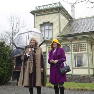 Her ses Storbritanniens hertuginde Camilla og Norges dronning Sonja (til højre) udenfor Griegs hjem, Troldhaugen, i 2012.