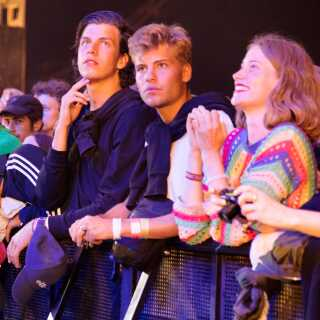 Et forventningsfuldt publikum foran Arena på Roskilde. Klar til årets allersidste festivalkoncert.