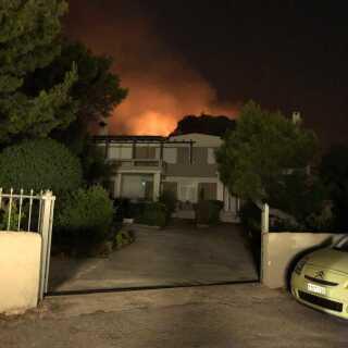 Bag denne villa kan man tydeligt se flammerne. Billedet er taget af Lasse Birch og overdraget til DR Nyheders udsendte i Grækenland.