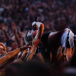 Da MØ optrådte på Smukfest tilbage i 2014 insisterede hun på at crowd surfe over publikum, på trods af sikkerhedsfolkenes forbud herom. Det resulterede i, at strømmen med taget, før koncerten var slut. Måske derfor vovede MØ sig først ud i diciplinen crowdsurfing, da hun sang de sidste linjer af sidste ekstranummer, nemlig hittet 'Final Song'.