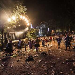 Bøgescenerne er to identiske scener, som bliver brugt på skift under Smukfest. Her ses de to scener om natten efter Nephews koncert.