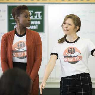 Issa arbejder for en non-profit organisation, der skal hjælpe minoritetsbørn med at få en bedre uddannelse. Organisationens logo er en hvid hånd, der løfter tre sorte børn.