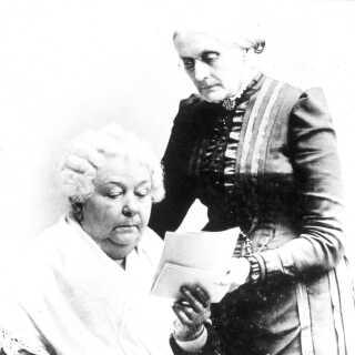 Susan B. Anthony og Elizabeth C. Stanton (siddende), som der nu skal opføres en statue i, i Central Park i New York. De to var kvinderettighedsforkæmpere.