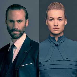 Kommandør Fred Waterford (Joseph Fiennes) og hans kone Serena Waterford (Yvonne Strahovski) er en del af den styrende elite i Gilead. De er også herre over tjenerinden Offred, også kaldet June, som spilles af Elizabeth Moss.