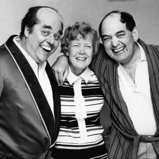 Mogens og Lene Glistrup fotograferet sammen med Poul Bundgaard, der ud over rollen som Kjeld i Olsen Banden altså også har optrådt som den omdiskuterede politiker.