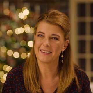 Paprika Steen spiller selv en af hovedrollerne i sin tredje film som instruktør, 'Den tid på året'. Tidligere har hun stået bag 'Lad de små børn...' (2004) og 'Til døden os skiller' (2007).