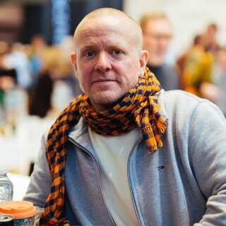 Komikeren Anders Matthesen anbefaler Elaine Morgans 'Udviklingens pris'.