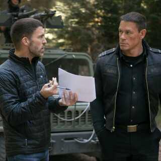 'Bumblebee' er instruktøren Travis Knights (tv.) første spillefilm, og han beviser, at han er en fuldbefaren eventyr-instruktør, mener Jakob Stegelmann. Her ses Knight sammen med skuespilleren John Cena under optagelserne.