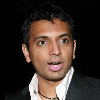 En ung M. Night Shyamalan fanget på kamera i 2004 til verdenspremiere på filmen 'The Village'.