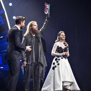 Rasmussen vandt Dansk Melodi Grand Prix sidste år, og sikrede sig siden en flot 9. plads i Eurovision-finalen. Her flankeret af værterne Annette Heick og Johannes Nymark.