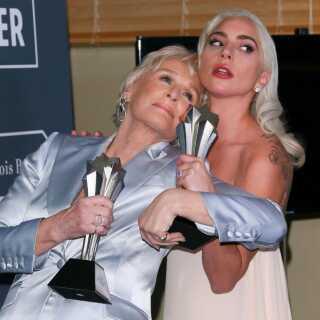 Glenn Close (til venstre) og Lady Gaga poserer med hver deres Critics Choice Award. De blev begge tildelt prisen for 'Bedste skuespillerinde' på grund af stemmelighed.