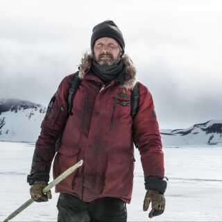 Mads Mikkelsen er 'ganske enkelt fascinerende at se på' i 'Arctic', mener anmelder Per Juul Carlsen.