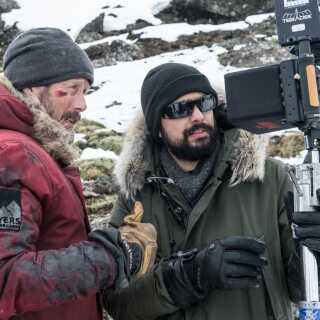 Mads Mikkelsen (til venstre) med den brasilianske instruktør Joe Penna, der til daglig bor i Los Angeles, USA.