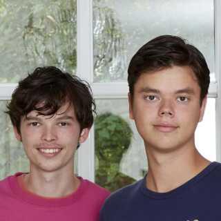 Christian (th.) sammen med sin bror. Christian udvikler sig heldigvis ikke til den forkælede dreng, DR's serieekspert frygtede.
