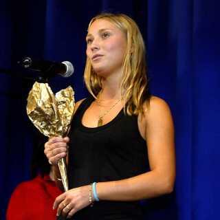 Stephanie León modtog i 2003 filmprisen Den Gyldne Svane, som bedste kvindelige skuespiller for sin rolle i filmen 'Bagland'.