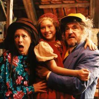 Rollen som nissepigen Nova i TV 2's julekalender 'Krummernes Jul' var én af Stephanie Leóns allerførste. Hun var bare ni år gammel. Her ses hun med sine nisseforældre Birthe Neumann og Waage Sandø.