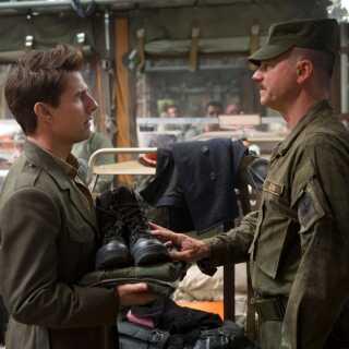 Tom Cruise (tv.) spiller en højtstående officer i 'Edge of Tomorrow'.