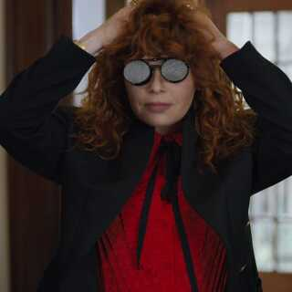 Rollen som Nadia spilles af Natasha Lyonne, der især er kendt for sin rolle som Nicky i hitserien 'Orange Is the New Black'.