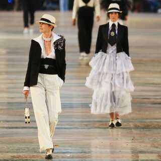 Modeller på catwalken bærer tøj af Karl Lagerfeld, da han præsenterede sin Cruise-kollektion i 2016 i Cuba.