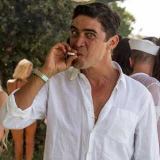 Sergio (billede) spilles af Riccardo Scamarcio, mens Silvio Berlusconi spilles af Toni Servillo.