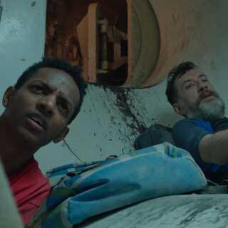 Under jorden når Rie ud til kroatiske Ivo og etiopiske Bahran, der skal ind og vedligeholde borehovedet i et kammer under tryk.