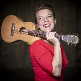 UkuleleHanne har blandt andet været på turné med komikeren Jonatan Spang med sin ukulele.