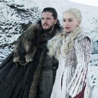 Jon Snow og Daenerys Targaryen er sammen i Winterfell, hvor det store slag mod 'de dødes hær' forventes at skulle stå.