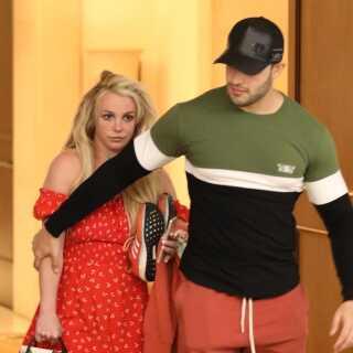 Søndag blev Britney Spears set i offentligheden for første gang, siden hun angiveligt blev indlagt på et mentalhospital i slutningen af marts. Her ses hun med sin kæreste Sam Asghari foran et hotel i Beverly Hills i Los Angeles under, hvad mediet People kalder 'en kort påskepause fra sin behandling'.