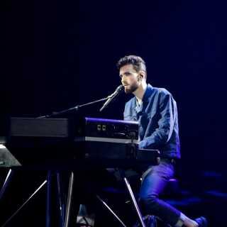 Der er ikke meget glimmer og konfetti over årets hollandske sceneshow. Her optræder sangeren Duncan Laurence nemlig alene på scenen i selskab med et klaver.