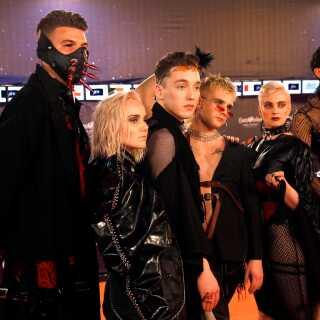 Det er ikke kun på scenen, at de skiller sig ud. Her ses de til åbningsceremonien ved årets Eurovision Song Contest iført lak og læder.