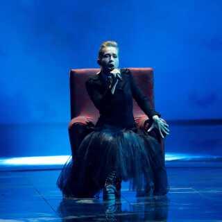 Det er dystre sangerinder som Rumæniens Ester Peony, Danmark skal slå, hvis vi skal have en chance i aftenens semifinale, mener DR's Grand Prix-kommentator Ole Tøpholm.