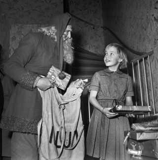 En julemand fra stormagasinet Illum deler gaver ud i julen 1951.