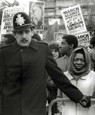 Mange steder blev der demonstreret mod apartheid. Her i London i 1985.