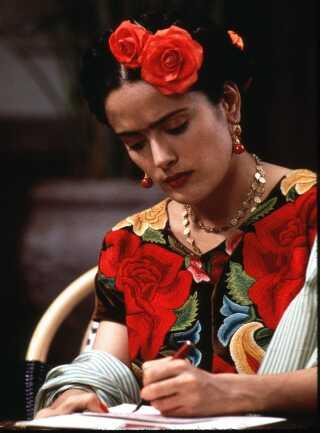 Salma Hayek i rollen som den mexicanske maler Frida Kahlo i filmen 'Frida' fra 2002. Rollen sikrede Hayek en Oscar-nominering som 'Bedste kvindelige skuespiller'.