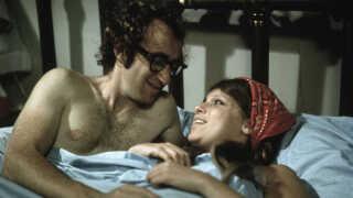 Louise Lasser i en intim situation med Woody Allen i Bananas