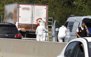 Retsmedicinere ved lastbilen med de op mod 50 døde flygtninge. Dødsårsagen er ifølge østrigsk politi endnu ukendt.