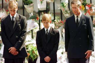 Prins Harry flankeret af prins William og sin far, Kronprins Charles, ved sørgeoptoget for prinsesse Diana.