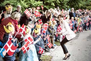 - Det bliver derfor sværere for kongehuset at ignorere, næste gang ugepressen finder på en historie, siger Jes Fabricius Møller, der er historiker og forsker. Her er det prinsesse Marie, der møder en flok glade børn i Dianalund.