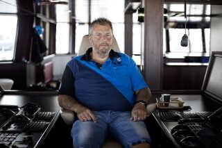 """Skibsejeren Henning Kjeldsen i sin førerstol på hans kæmpekutter, """"Gitte Henning"""". Henning Kjeldsen ejer kvoter for 907 millioner kroner og er en af de største """"kvotekonger""""."""