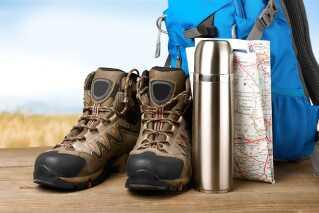 Vandrestøvler og kort er gjort klar til ferien i Europa, hvor lavtrykkene bestemmer vejret i denne tid.