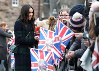 Meghan Markle hilser på fremmødte tilskuere foran Edinburgh Castle i Skotland. REUTERS/Andrew Milligan/Pool