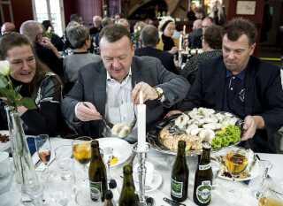 John Anker Hametner (th) er blevet kaldt 'kongen af Thyborøn.' Han har kvoter til at lande 40.000 ton industrifisk om året. Billedet er fra den årlige Nytårstorsk i Thyborøn.     Statsminister Lars Løkke Rasmussen (im) og fru Solrun (tv) er søndag d. 22. januar 2017 til nytårstorsk i Thyborøn i forbindelse med den årlige indsamling for LøkkeFonden, der hjælper drenge, der har svært ved at finde deres plads i samfundet. Til højre ses fiskeskipper . . (Foto: Morten Stricker/Scanpix 2017)